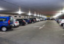 Mann sucht Parkplatz –  und nichts ist frei