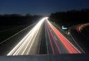 Manche haben Ideen: Autobahn 49 – Sattelzug-Fahrer setzt zurück und rangiert auf Autobahn