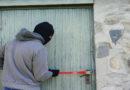 Mutige Hausbewohner erwischen Einbrecher auf frischer Tat und halten ihn fest