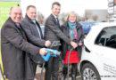 VW und Stadt Baunatal eröffnen Elektrotankstelle