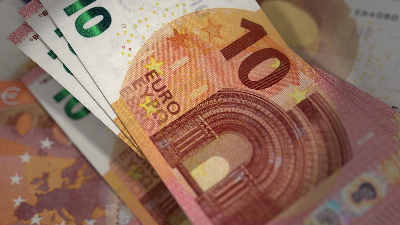 Mit Geldwechselbetrug 17 Zehn-Euro-Scheine ergaunert; Polizei sucht Diebesduo