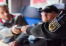 Schwarzfahrer rastet aus und verletzt 15-Jährige mit seinem Handy