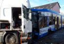 Verkehrsunfall mit Straßenbahn und Lkw: 16 Verletzte – Gefahrgut tritt aus