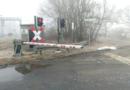 Hoher Sachschaden Traktor bleibt an Bahnschranke hängen