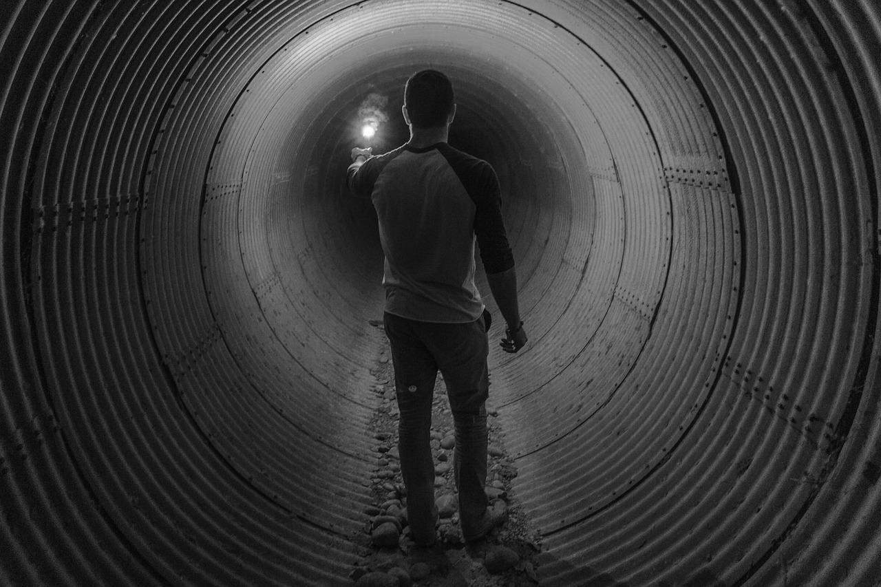 Neugierige klettern in Kanalisation: lösen Großeinsatz aus
