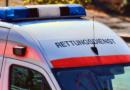 Pkw gerät auf Gegenfahrbahn und kracht mit Rettungswagen zusammen: Drei Verletzte