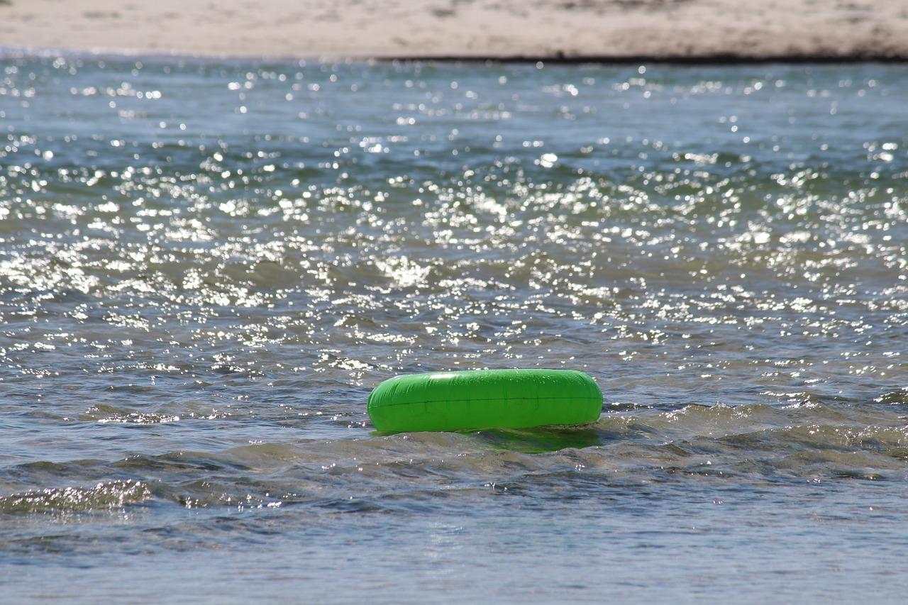 Zum Schwimmen im See ein Rettungsmittel mitnehmen