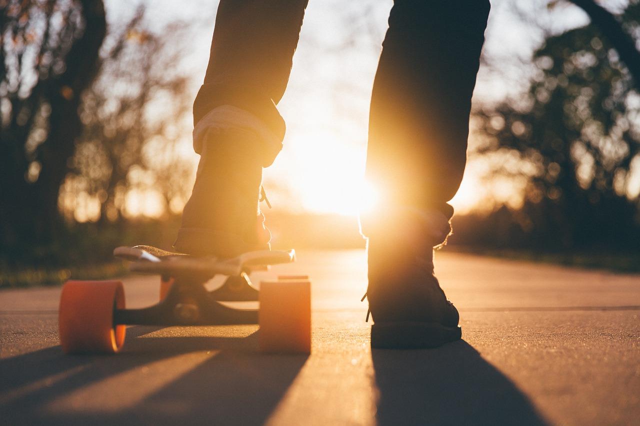 Skater rammt Radlerin: Bei Rot über Ampel
