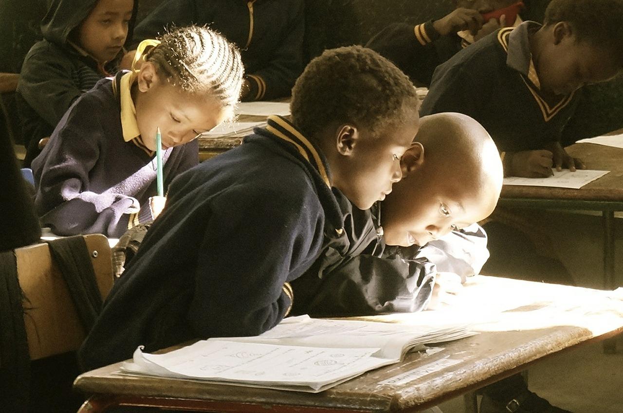 Dieter Nuhr und Torsten Sträter machen sich für Schulbildung in Afrika stark