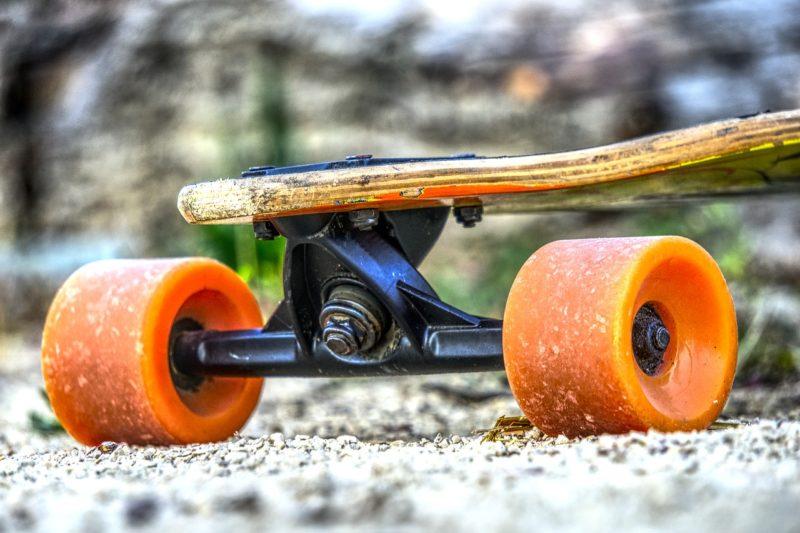 Der ganz normale Alltag: Skateboardfahrer wird nach Beinahunfällen gestoppt und greift Streife an