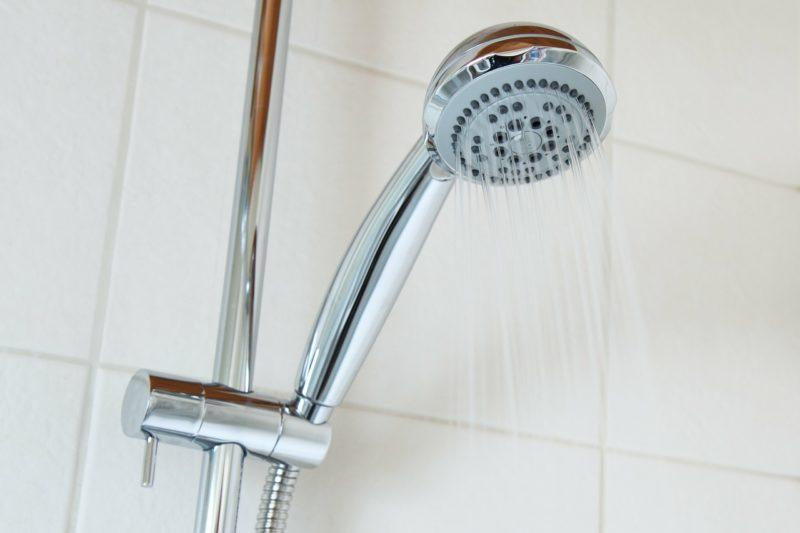 Häufiges und heißes Duschen schadet der Haut