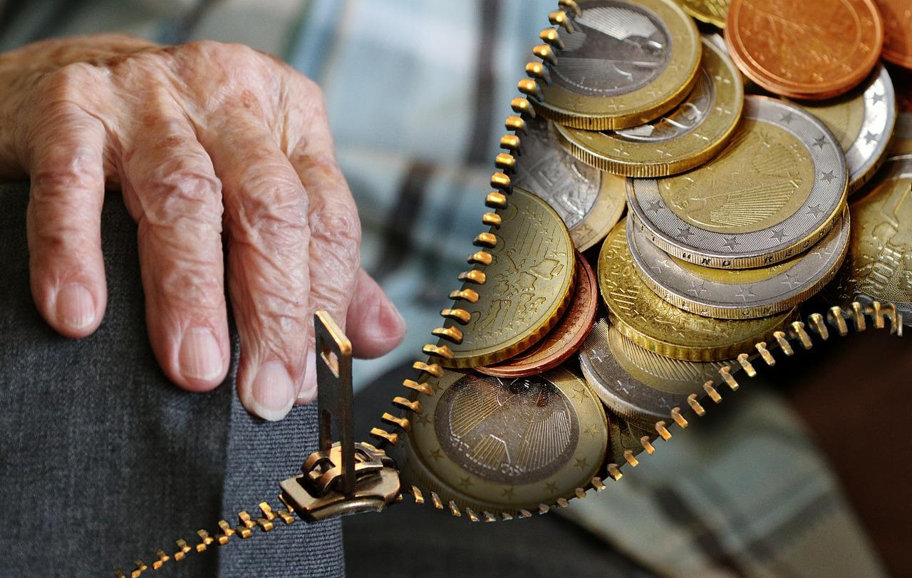 Dreiste Trickdiebin klaut Wohnungsschlüssel und bricht bei Seniorin ein