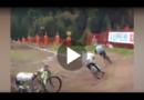 Biker stürzt bei Rennen zu Boden – doch sein Rad fährt einfach weiter