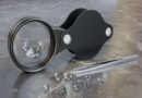 Blitzdiebstahl beim Juwelier: Kleiner Mann rafft Schmuck zusammen und flüchtet
