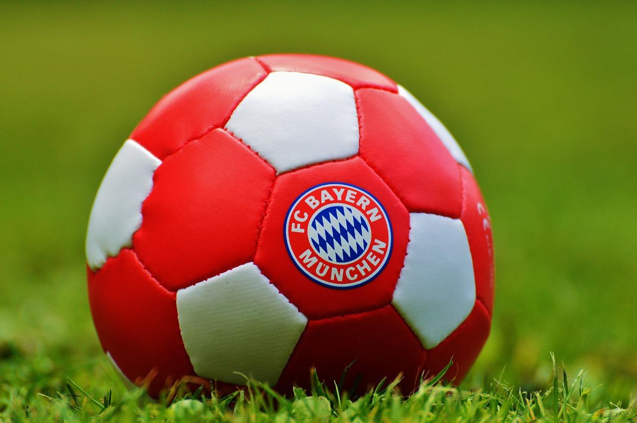 FC Bayern behält Tabellenführung, Manuel Neuer verlässt verletzt das Spielfeld