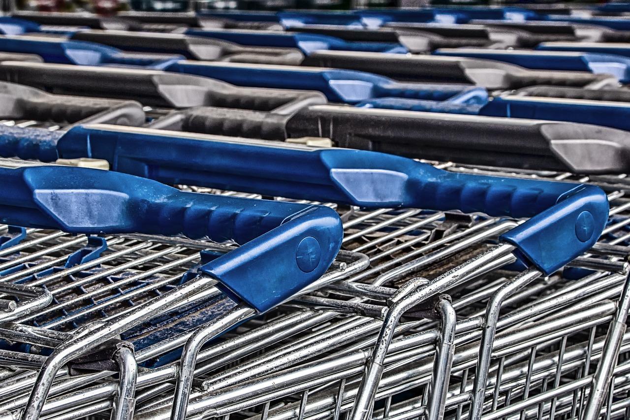 Dreister Ladendieb schlägt zweimal zu und schubst Ladenangestellte, um zu flüchten