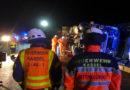 Sattelzug kippt um – Fahrer verletzt -Diesel läuft aus und Einsatzkräfte kommen wieder mal nicht durch