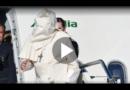 Der Papst wird von Windstoß erfasst