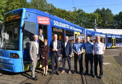Ne gute Sache: Straßenbahn wirbt in Kassel für mehr Respekt gegenüber Einsatzkräften