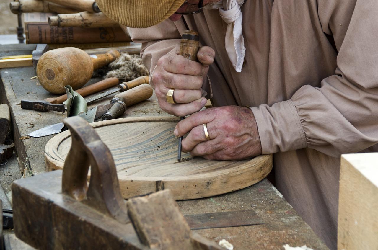 Künstlerwerkstatt für Senioren: Auf Zack – mit Holzschnitzen