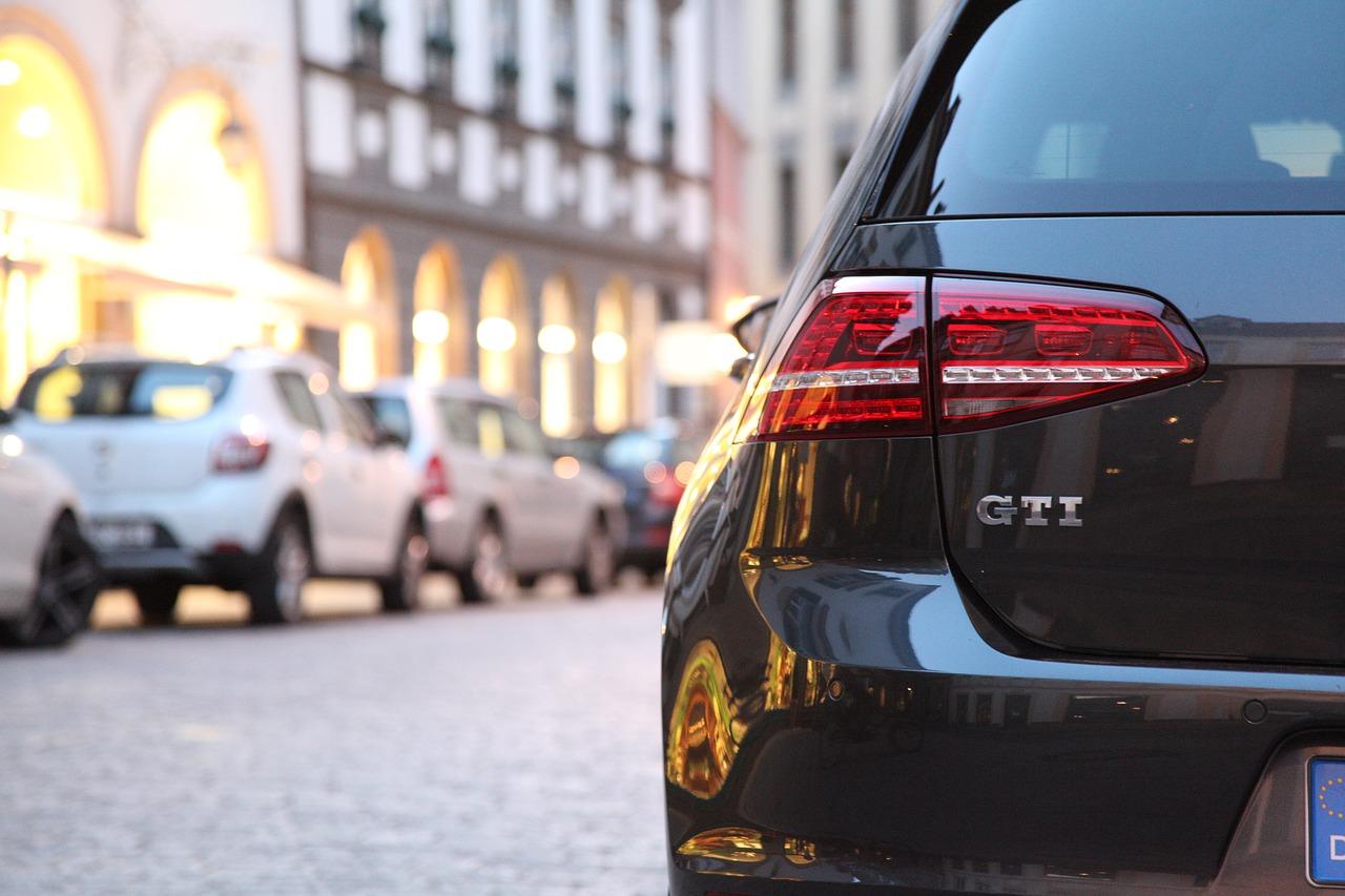 Zugeparkt? Tritt gegen Auto kann teuer werden!