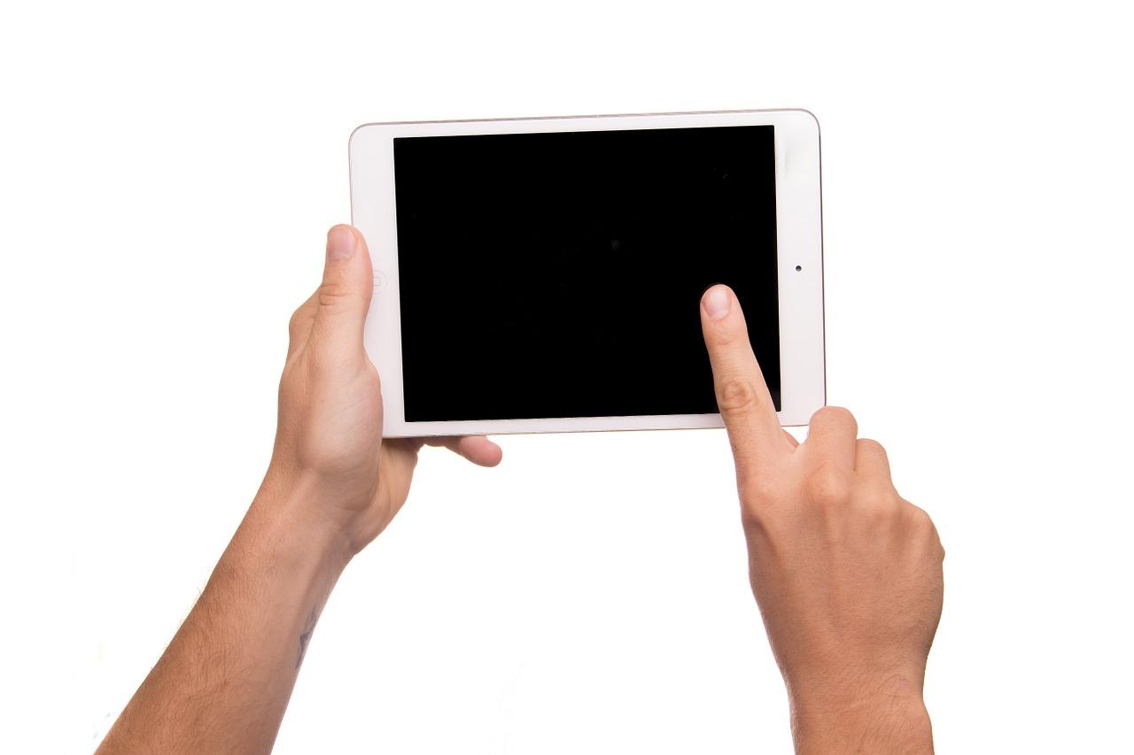 Listiger Dieb fragt nach Uhrzeit und erbeutet Tablet: Polizei sucht Zeugen