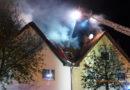 Dachstuhl eines Doppelhauses brennt bei Eintreffen der Feuerwehr in voller Ausdehnung
