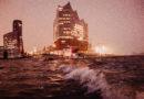Die Kleinste Kreuzfahrt der Welt von Hamburg ins Alte Land trifft eine der größten Kreuzfahrten der Welt: die Queen Mary II