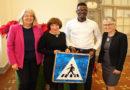 Verkehrszeichen aus Burkina Faso im Kasseler Rathaus übergeben
