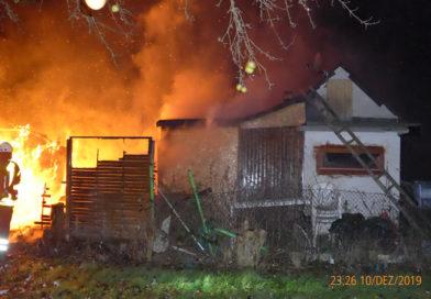 Zwei Gartenlauben stehen nahezu zeitgleich in Brand