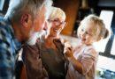 Quality Time mit Oma und Opa: Großeltern kümmern sich um ihre Enkel