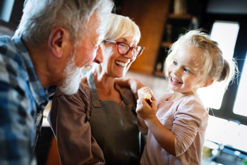 Quality Time mit Oma und Opa: Großeltern kümmern sich um