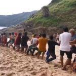 An einem Strang: Strandbesucher ziehen weggeschwemmtes Auto aus dem Meer